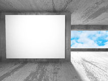 Panneau d'affichage blanc de bannière de mur dans la chambre concrète avec le fond de ciel Photo libre de droits
