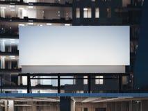 Panneau d'affichage blanc se tenant sur un immeuble de bureaux moderne rendu 3d Photos libres de droits