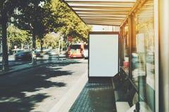 Panneau d'affichage blanc sur l'arrêt d'autobus de ville Images libres de droits