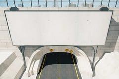 Panneau d'affichage blanc vide au-dessus de tunnel de route Photo stock