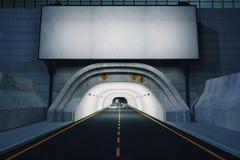 Panneau d'affichage blanc vide au-dessus de tunnel de route la nuit Image libre de droits