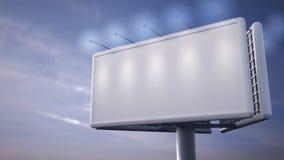 Panneau d'affichage blanc vide se tenant devant le ciel bleu Photo libre de droits