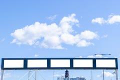 Panneau d'affichage blanc vide sur la rue de ville Dans la rue et le bâtiment de fond Voir les mes autres travaux dans le portfol Image stock