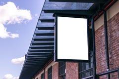 Panneau d'affichage blanc vide sur la rue de ville Dans la rue et le bâtiment de fond Voir les mes autres travaux dans le portfol Photos stock