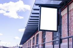 Panneau d'affichage blanc vide sur la rue de ville Dans la rue et le bâtiment de fond Voir les mes autres travaux dans le portfol Photo stock