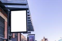 Panneau d'affichage blanc vide sur la rue de ville Dans la rue et le bâtiment de fond Voir les mes autres travaux dans le portfol Photo libre de droits
