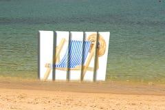 panneau d'affichage Cinq-divisé avec l'image d'une chaise longue sur la plage Photo libre de droits