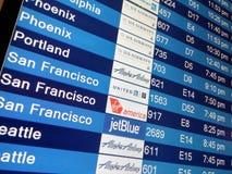 Panneau d'affichage d'arrivée sur le terminal d'aéroport Photo libre de droits