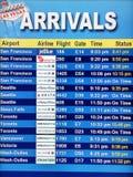 Panneau d'affichage d'arrivée sur le terminal d'aéroport Image stock