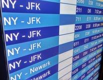 Panneau d'affichage d'arrivées sur le terminal d'aéroport Photo libre de droits