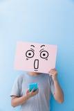 Panneau d'affichage d'expression de surprise de participation d'homme photo stock