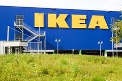 Panneau d'affichage d'IKEA devant leur propre détaillant d'appareils Image libre de droits