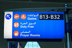 Panneau d'affichage dans l'aéroport de Dubaï Image stock
