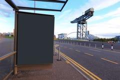 Panneau d'affichage dans la route Image stock