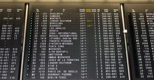 Panneau d'affichage de départs sur le terminal d'aéroport montrant des vols internationaux de destinations Photos libres de droits