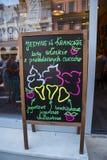 Panneau d'affichage de glace dans Kazimierz District à Cracovie Pologne Image stock