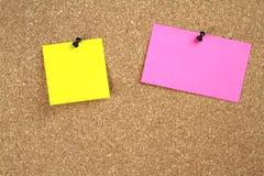 Panneau d'affichage de liège et papiers de note Images stock