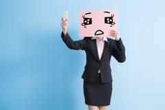 Panneau d'affichage de prise de femme d'affaires Images libres de droits