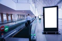 Panneau d'affichage de publicité vide à l'aéroport photos stock