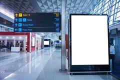 Panneau d'affichage de publicité vide à l'aéroport images stock