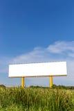 Panneau d'affichage dehors vide prêt pour la nouvelle publicité avec la nature Images libres de droits