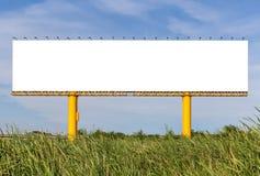 Panneau d'affichage dehors vide prêt pour la nouvelle publicité avec la nature Photos stock