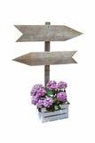 Panneau d'affichage en bois avec les signes directionnels Photos libres de droits