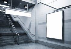 Panneau d'affichage et moquerie de signage de direction dans le souterrain avec des escaliers Photographie stock