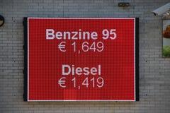 Panneau d'affichage mené avec les prix d'essence aux Pays-Bas par litre (0,26 gallons) photos stock