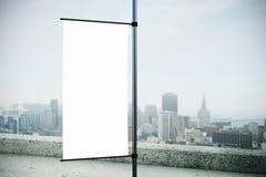 Panneau d'affichage rectangulaire vide de drapeau blanc Photographie stock