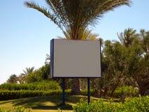 Panneau d'affichage sur le fond de la verdure Image libre de droits