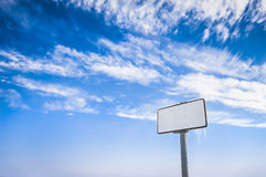 Panneau d'affichage sur un ciel bleu. Photo stock