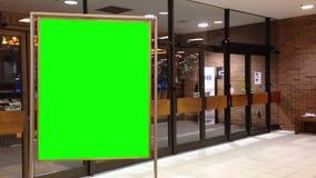 Panneau d'affichage vert pour votre annonce à l'intérieur de magasin de Sears Image stock