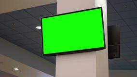 Panneau d'affichage vert pour votre annonce à la TV à l'intérieur de l'espace restauration au centre commercial de centre de Coqu banque de vidéos