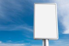 Panneau d'affichage vertical avec le ciel bleu Photographie stock libre de droits