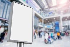 Panneau d'affichage vertical dans l'aéroport Photo libre de droits