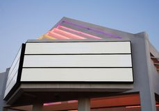 Panneau d'affichage vide au crépuscule, vue de côté photo libre de droits