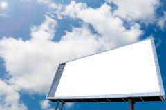 Panneau d'affichage vide au fond de ciel bleu avec l'horloge analogue photos stock
