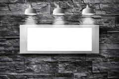 Panneau d'affichage vide avec la lampe sur le mur en pierre Image stock