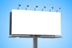 Panneau d'affichage vide avec le fond de ciel bleu Image stock