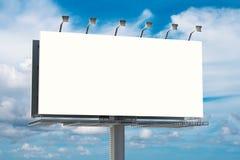 Panneau d'affichage vide avec le fond de ciel bleu Photographie stock