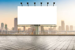 Panneau d'affichage vide avec le fond de paysage urbain Photo libre de droits