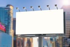 Panneau d'affichage vide avec le fond de paysage urbain Photographie stock