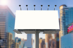 Panneau d'affichage vide avec le fond de paysage urbain Image stock