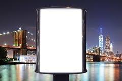Panneau d'affichage vide avec le fond de vue de ville de nuit images stock
