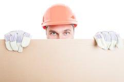 Panneau d'affichage vide behing de dissimulation de constructeur masculin Photos stock