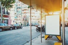 Panneau d'affichage vide blanc sur l'arrêt d'autobus de ville Images stock