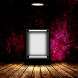 Panneau d'affichage vide dans la chambre noire vide Photo stock