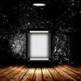 Panneau d'affichage vide dans la chambre noire vide Photos libres de droits