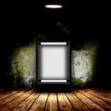 Panneau d'affichage vide dans la chambre noire vide Images libres de droits